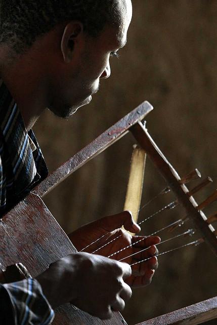 Jovem músico toca o k'ra, instrumento tradicional da Etiópia. Crédito: Steve Evans