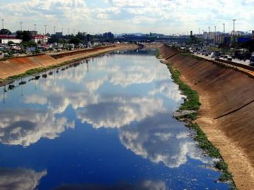 Rio Tietê, passando por São Paulo. Foto de Pilotin / Via Flickr