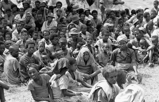 Famílias etíopes em campo de refugiados durante a fome de 1983-85 (foto: Jacob Akol/World Vision)