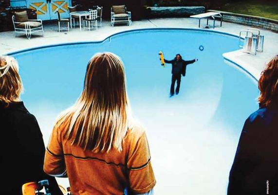 Cena do filme Lords of Dogtown, em que skatistas da Califórnia, nos Estados Unidos, aproveitam a seca para fazer manobras em piscinas vazias