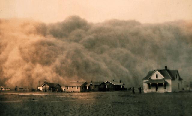 Uma das cenas mais características da época do Dust Bowl: densas e gigantescas nuvens de poeira, que chegavam a bloquear a luz do sol por horas durante o dia. Esta imagem foi tirada em 17 de abril de 1935, na cidade de Stratford, Texas (NOAA George E. Marsh Album)