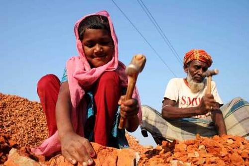 Criança trabalhando em Bangladesh (foto: Shanjoy/Wikimedia)