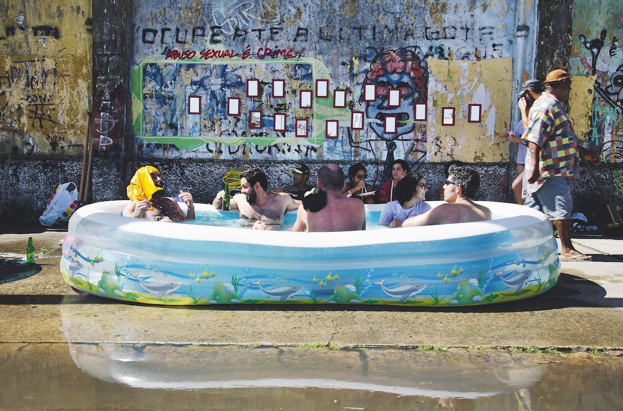 Em Recife, integrantes do Movimento #OcupeEstelita protestam contra empreendimento imobiliário