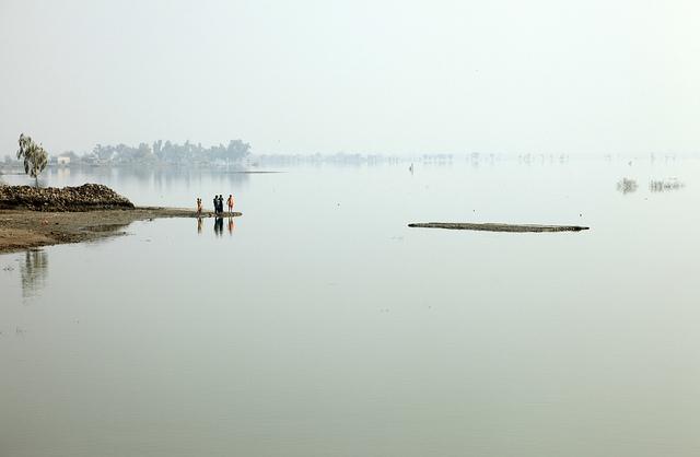 Província de Sindh, no Paquistão, ainda inundada seis meses depois de temporada chuvosa particularmente violenta, que deixou 20 milhões de pessoas desabrigadas em 2009. Foto do Departamento Britânico de Desenvolvimento Internacional/Flickr