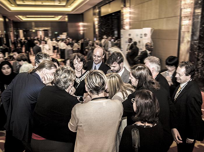 Roda de conversa entre negociadores e delegados antes da plenária final do MOP 27; negociações se arrastaram até o último momento em Dubai (foto: IISD/ENB)