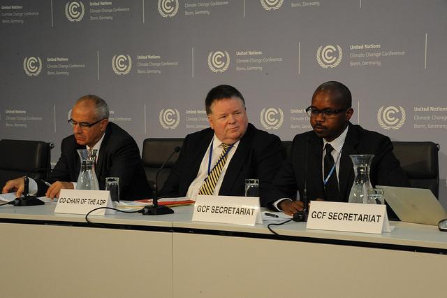 Co-presidentes do grupo negociador do novo acordo climático, Ahmed Djoghlaf (à esquerda) e Dan Reifsnyder (no centro), durante coletiva de imprensa em Bonn (foto: UNFCCC/Flickr)