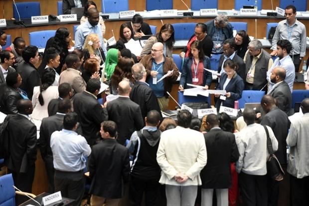 Negociadores e observadores em debate durante encontro da UNFCCC, no mês passado, em Bonn (foto: IISD)