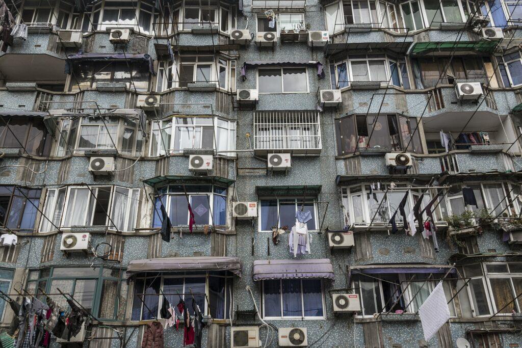 Equipamentos de ar-condicionado em edifício na China. Nos últimos anos, houve uma proliferação dessa tecnologia nos países emergentes, em particular na Índia (foto: Pixabay/Creative Commons)