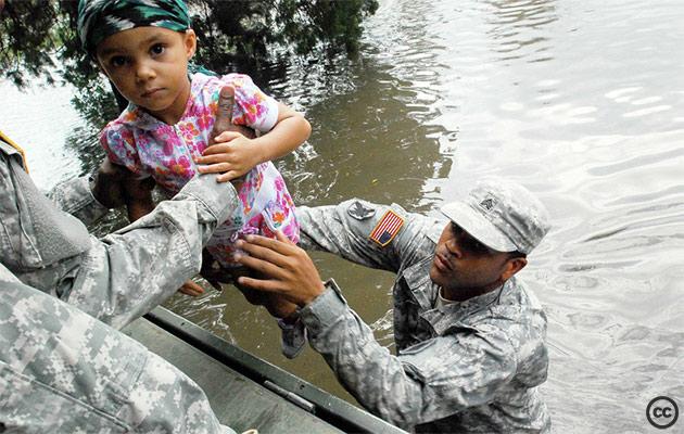 Soldados da Guarda Nacional dos EUA durante operação de resgate a vítimas do furacão Isaac, que atingiu a Louisiana e o Mississippi em agosto de 2012 (foto: Rashawn D. Price, U.S. Army/Creative Commons)