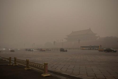 Praça da Paz Celestial nublada pela poluição, fotografada no final de novembro por LWYang/Flickr