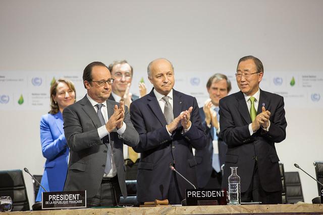 François Hollande (à direita), Laurent Fabius e Ban Ki Moon, durante abertura da sessão do Comité de Paris, na COP 21 (foto: UNFCCC/Flickr)