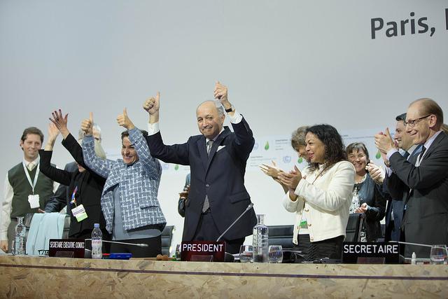 Christiana Figueres, secretária-executiva da UNFCCC, e Laurent Fabius, ministro da França e presidente da COP 21, após o anúncio da aprovação do Acordo de Paris (foto: UNFCCC/Flickr)