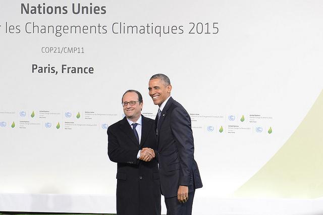 François Hollande recebe seu colega norte-americano, Barack Obama, na abertura da COP 21 (foto: UNFCCC/Flickr)