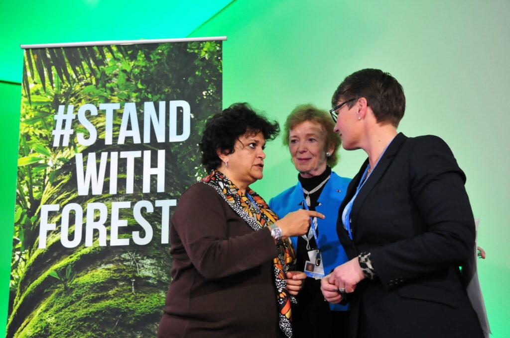 Ministra Izabella Teixeira (à esq.) conversa com a ministra norueguesa do Meio Ambiente, Tine Sundtoft (à dir.), e com Mary Robinson, assessora especial da ONU para clima (foto: Paulo de Araújo/MMA)