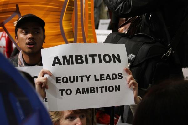 Protesto da sociedade civil durante a COP 21, pedindo mais ambição aos negociadores no Acordo de Paris (foto: Bruno Toledo/P22)