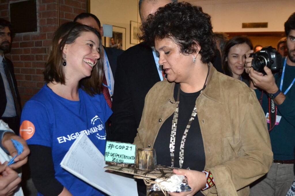 """Raquel Rosenberg (à dir.) entrega o """"Troféu Cara-de-Pau"""" à ministra do Meio Ambiente, Izabella Teixeira (foto: Divulgação Engajamundo)"""