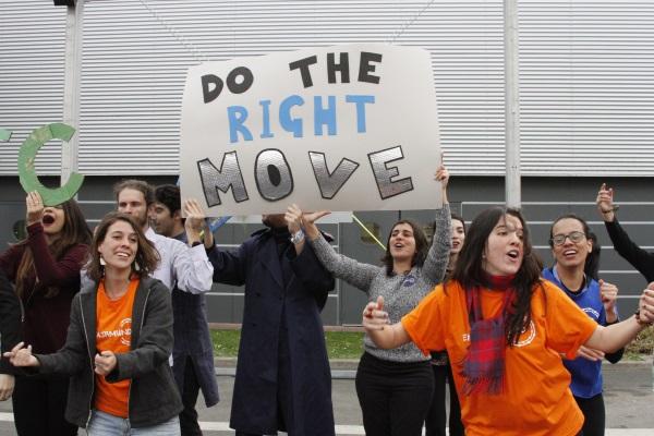 Jovens brasileiros em ação na COP 21, em Paris (foto: divulgação Engajamundo)