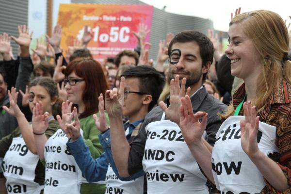 Ativistas protestam na COP 21 em favor da meta de contenção do aquecimento global em 1,5 grau Celsius neste século (foto: Bruno Toledo/P22)