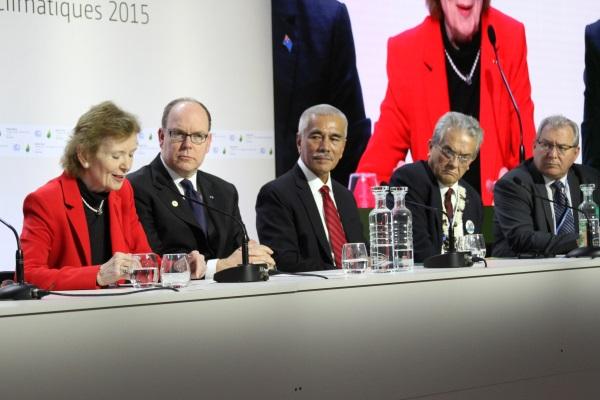 """Coletiva de imprensa sobre o lançamento da iniciativa """"Pacific Rising"""", na COP 21. Da esquerda para direita: Mary Robinson; Alberto II de Mônaco; Anote Tong, presidente de Kiribati; Tony de Brum, ministro das Ilhas Marshall; e François Martel, representante do território de Tokelau, Nova Zelândia (foto: Bruno Toledo/P22)"""