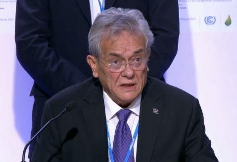 """Tony de Brum, ministro do Exterior das Ilhas Marshall e líder da """"High Ambition Coalition"""" na COP 21 (foto: UNFCCC/Webcast)"""
