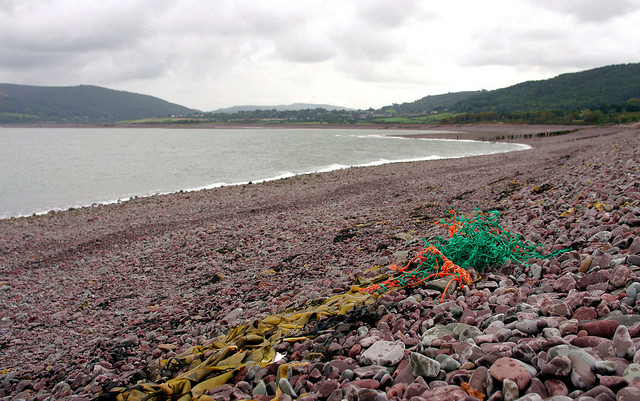 Resíduos plásticos em praia em Porlock, na costa britânica (foto: Bo Eide/Flickr/Domínio Público)