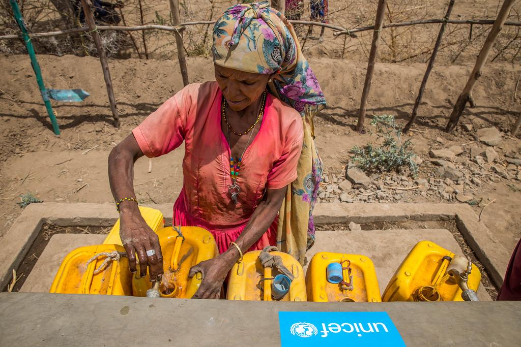 Organizações internacionais vêm tentando aliviar o problema da seca com pontos de coleta de água na Etiópia, como este na imagem (foto: UNICEF Ethiopia/Flickr/Creative Commons)
