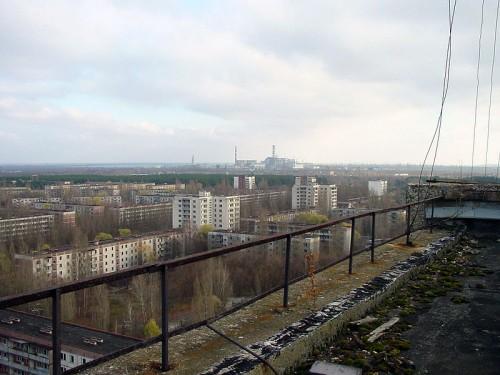 Vista aérea da usina de Chernobyl, tirada do telhado de um edifício residencial abandonado na cidade de Pripyat (foto: Jason Minshull/Wikimedia/domínio público)