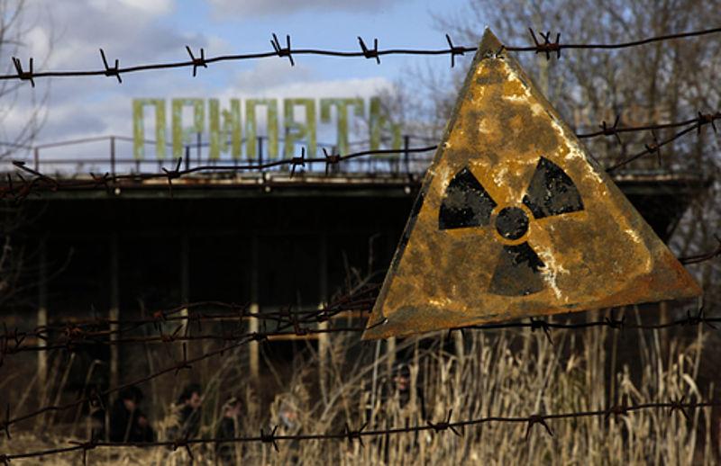 Uma placa de alerta de radioatividade pendurada em arame farpado em Pripyat, Ucrânia (foto: D. Markosian/Voice of America/domínio público)