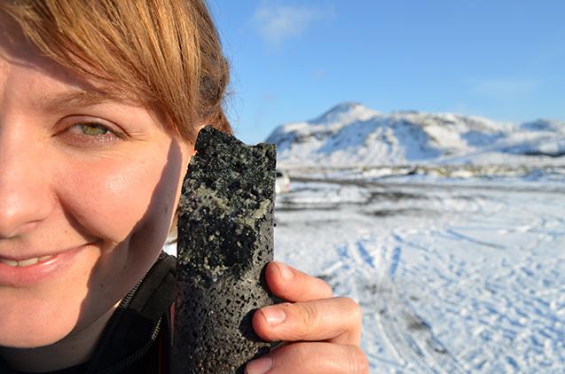 Sandra Snaebjornsdottir, uma das co-autoras do estudo, com uma amostra de CO2 transformado em calcário na Islândia (Crédito: Kevin Krajick/Lamont-Doherty Earth Observatory)