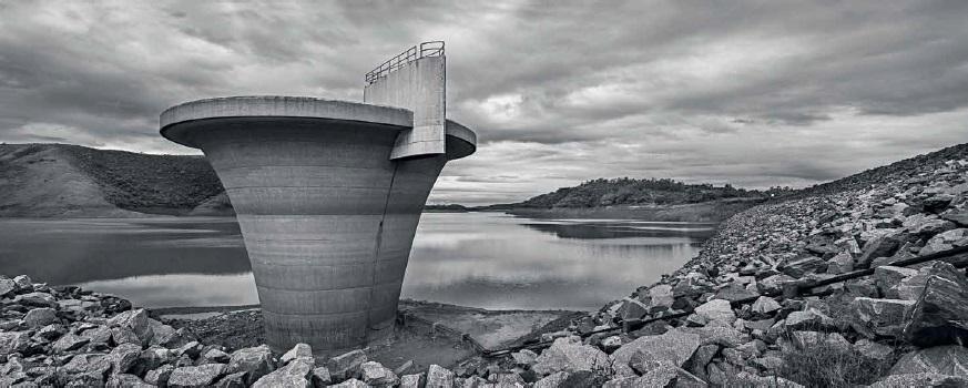 Represa de Paraibuna, parte do sistema Rio Paraíba do Sul (SP) no começo de 2015, durante o auge da crise hídrica no Sudeste (imagem: Bruno Bernardi/P22)