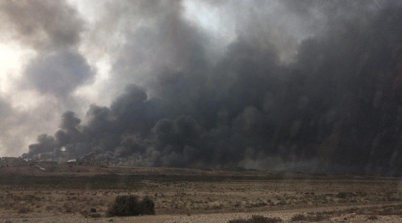 Pouco depois do início das operações militares para retomada de Mossul, terroristas do grupo Estado Islâmico incendiaram 19 poços de petróleo na região, gerando uma densa nuvem cinza que atrapalha o avanço das forças iraquianas em solo e gera inúmeros problemas de saúde e ambientais para a população local (crédito: PNUMA/Flickr - CC BY-NC-SA 2.0)
