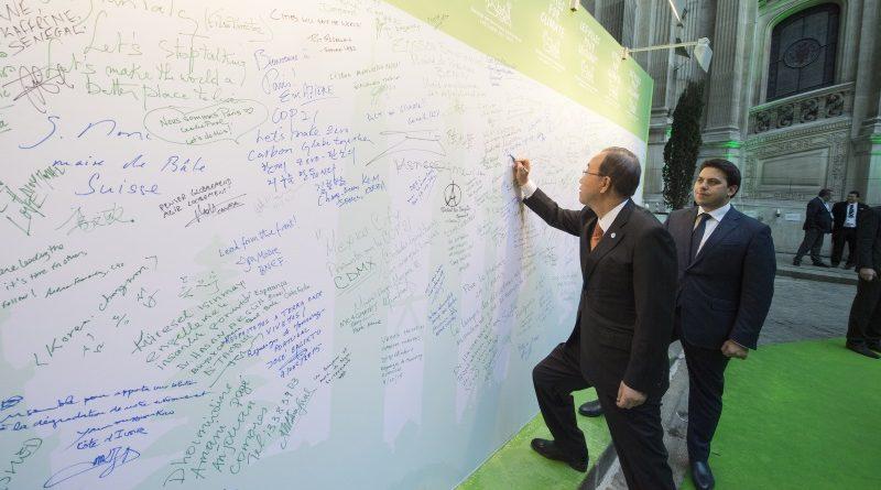 Ban Ki-moon, secretário-geral das Nações Unidas, assina painel de mensagens durante a COP 21, encontro que definiu o Acordo de Paris em dezembro de 2015 (crédito: UN Photo/Eskinder Debebe - CC BY-NC-ND 2.0)