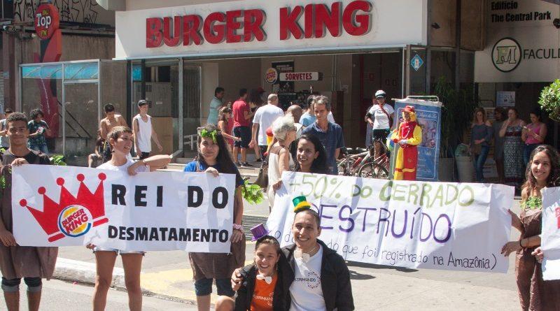 Uma das maiores redes de fast food do mundo, o Burger King fornece quase nenhuma informação sobre a origem da carne que utiliza na produção dos 11 milhões de hambúrgueres que vende diariamente em todo o mundo, aponta relatório (crédito: divulgação Engajamundo)