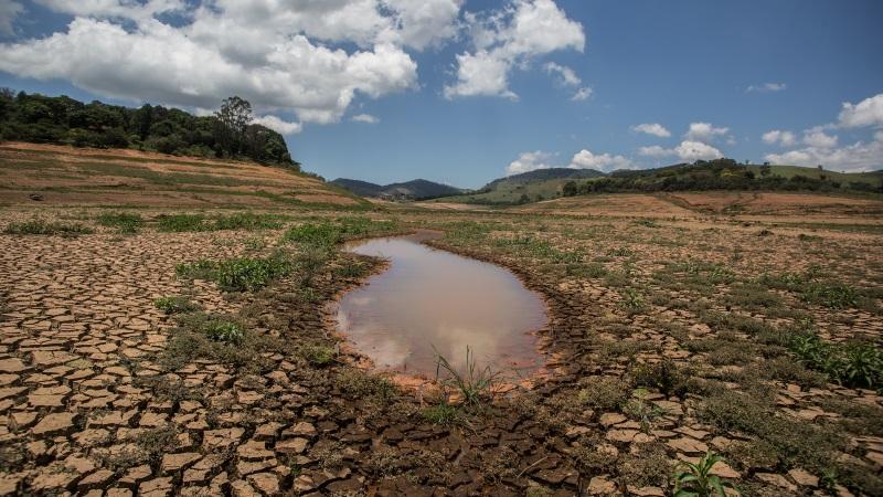 A terra rachada tomou conta do leito de muitos dos reservatórios do Sistema Cantareira (SP) no auge da crise hídrica, no começo de 2015 (crédito: Mídia Ninja/Flickr - CC BY-NC-SA 2.0)