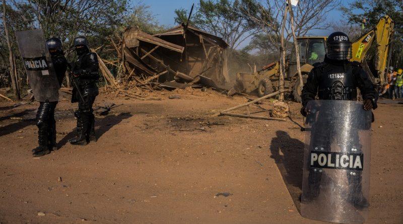 Policiais em uma ação de reintegração de posse na Colômbia. Forças policiais e militares são suspeitas de serem responsáveis por 43 das 200 mortes identificadas pela Global Witness em 2016 (crédito: Rafael Rios/Divulgação Global Witness)