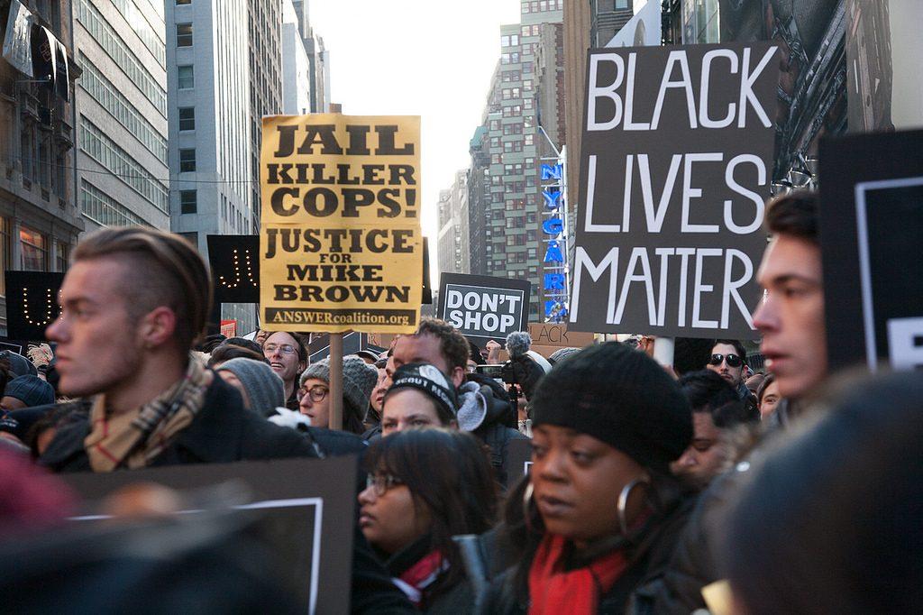 Protesto em Nova York contra o não-indiamento de Darren Wilson, policial acusado de assassinar o jovem Michael Brown em Ferguson (Missouri) em agosto de 2014 (crédito: Dread Scott/Flickr - CC NC-SA 2.0)