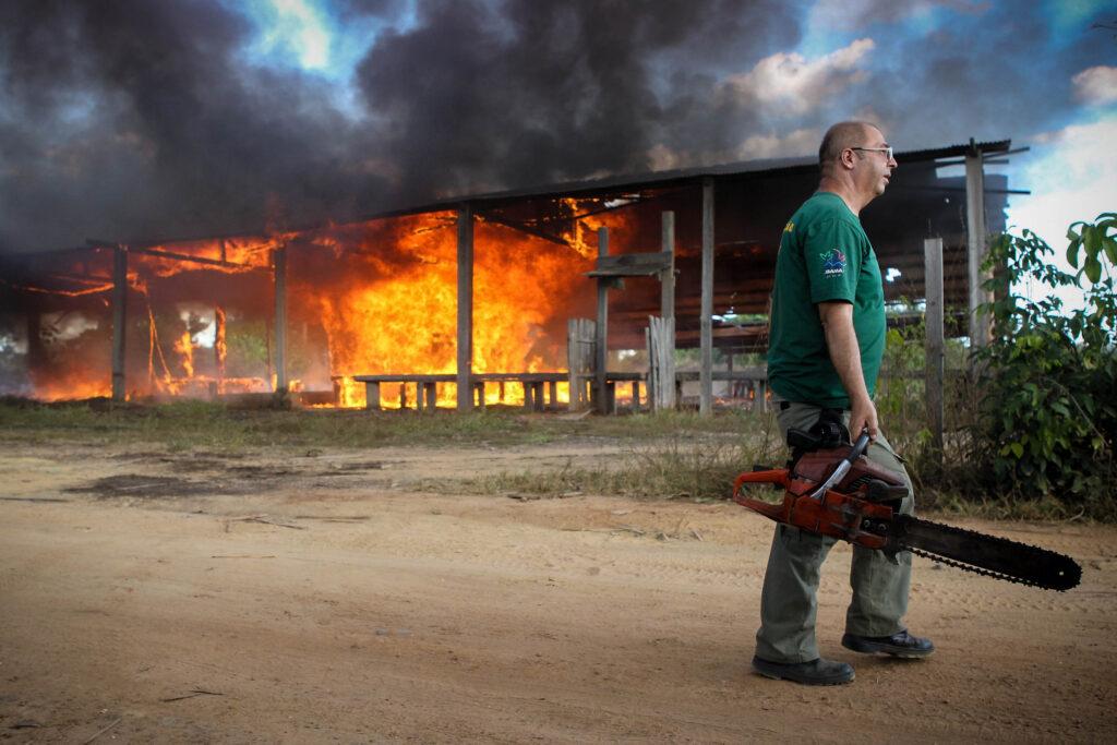 As restrições orçamentárias afetam diretamente a capacidade do governo federal de fiscalizar e monitorar a situação da floresta amazônica, com cortes nas equipes locais do Ibama e da Polícia Federal e aumento de ocorrências violentas (crédito: Ibama/Flickr - CC BY-SA 2.0)