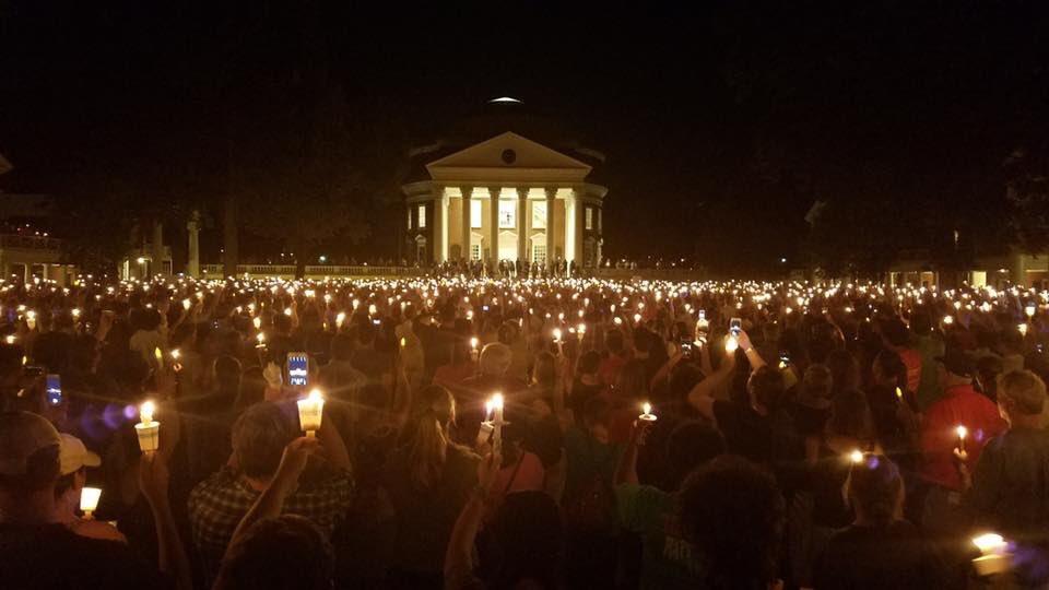 Vigília em homenagem a Heather Heyer no campus da Universidade da Virginia em 16/8, no mesmo local da manifestação da extrema-direita quatro dias antes (Twitter)