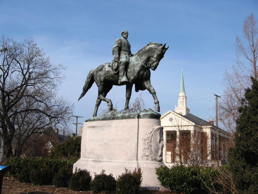 O estátua do comandante do exército confederado Robert E. Lee, instalada desde 1924 em um parque no centro de Charlottesville (Wikimedia/Domínio Público)