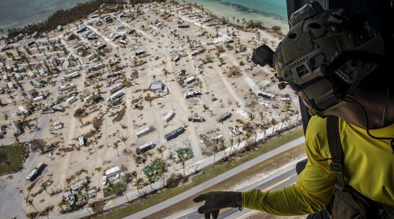 Socorrista da Força Aérea dos EUA observa destruição causada pelo furacão Irma no Sul da Flórida (crédito: Sgt. Ryan Callaghan/USAF - Domínio Público)