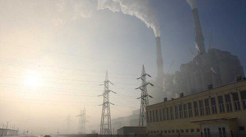 Ao mesmo tempo em que se compromete a apoiar os países em desenvolvimento na implementação de projetos de energia limpa, o Banco Mundial continua financiando iniciativas que incentivam o uso de combustíveis fósseis