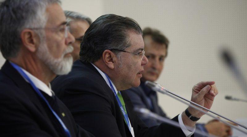 Ministro do Meio Ambiente José Sarney Filho fala durante briefing da delegação brasileira na Conferência do Clima de Bonn, a COP 23 (crédito: Gilberto Soares/MMA/Flickr)