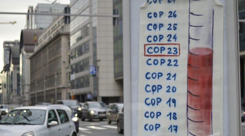 Cartaz colado nas ruas de Bruxelas, na Bélgica, em campanha por mais ação climática por parte da União Europeia durante a COP 23 (crédito: Climate Express/Flickr - CC BY-NC 2.0)