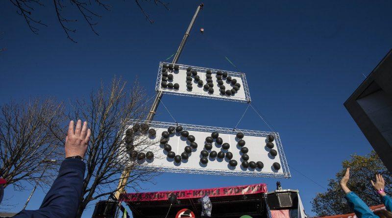 Faltando dois dias para a COP 23, um protesto em Bonn reuniu mais de 20 mil pessoas neste sábado (04/11), pedindo o fim do uso de combustíveis fósseis (crédito: Amelia Collins/Friends of the Earth International/Flickr - CC BY-NC-ND 2.0)