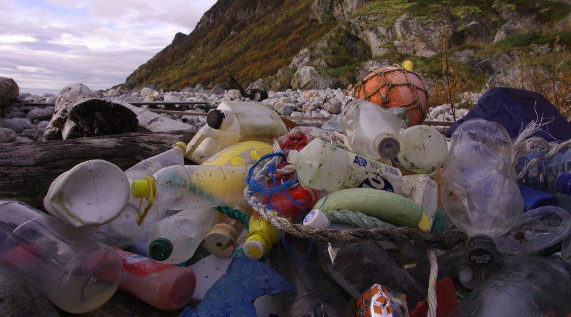 Bo Eide/ Flickr (domínio público). Em três gerações, a produção de plásticos passou de 1 milhão para 300 milhões de toneladas